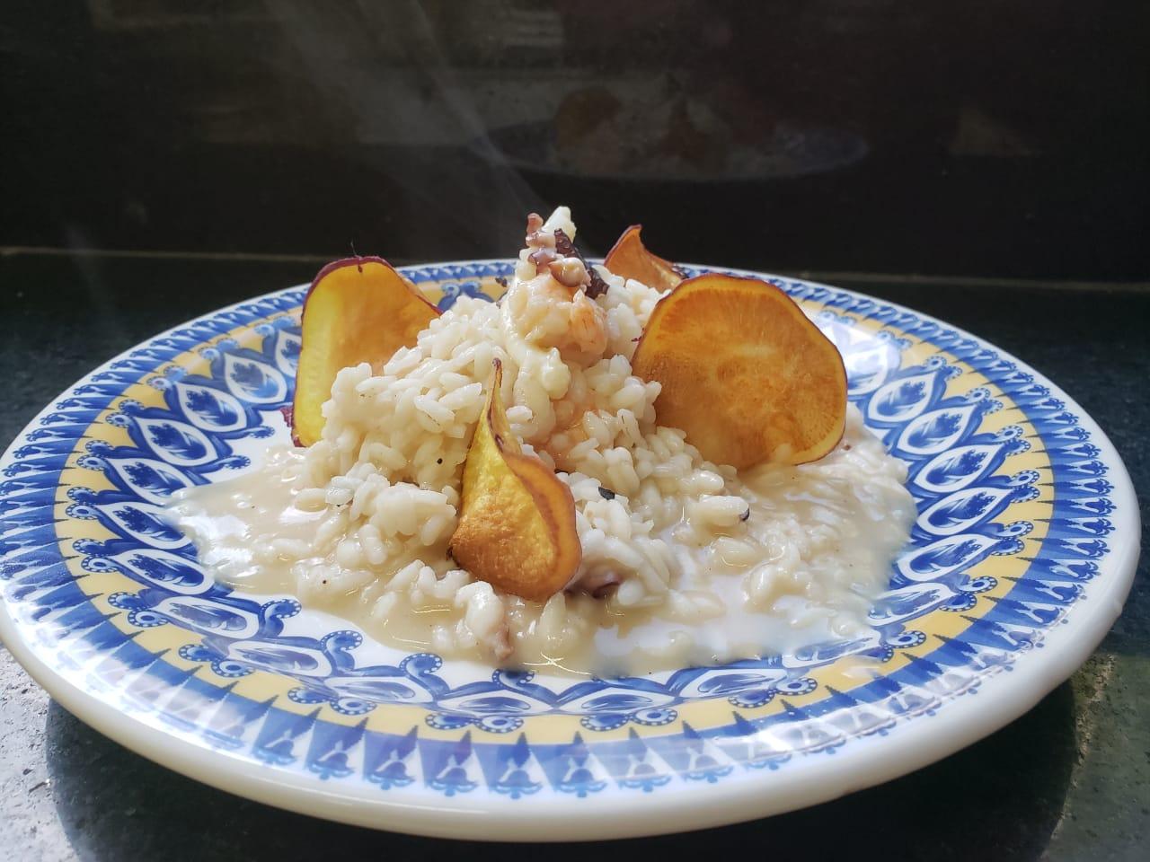 Risoto de frutos do mar com chips de batata doce